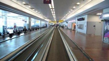 Metall flytta speedwalk med glas ombord på flygplatsen byggnaden — Stockvideo