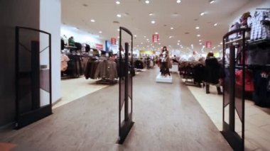 Panorama entrance from control rack in shopping room of clothes — Stock Video
