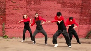 Dance team dance synchronously in modern style, then turn around twice — Stock Video