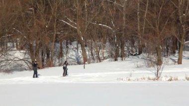 父、母と息子のスキー冬の日に — ストックビデオ