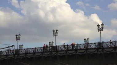 Mensen staan en lopen op brug in de buurt van christus de verlosser-kathedraal — Stockvideo