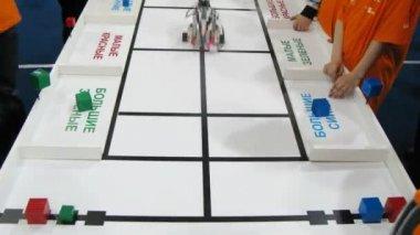 色と形 robofest 2011 でロボット並べ替えレンガ — ストックビデオ