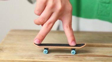 2 本の指と指のいくつかの単純なトリック — ストックビデオ