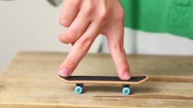 Alguns truques simples na escala com dois dedos — Vídeo Stock