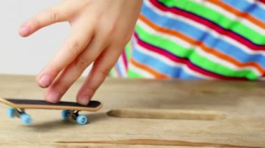 Few simple tricks on fingerboard with two fingers — Vídeo de Stock