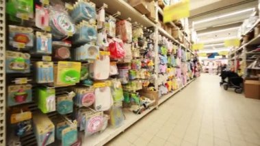 Stands with childrens goods in hypermarket, panorama from left to right — Vídeo de Stock