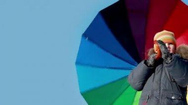 Мальчик стоять и держать зонт, он вращается, он ручку крючка, малыш помещается на правой стороне экрана — Стоковое видео