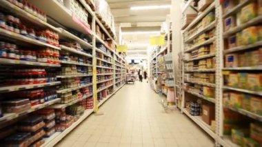 Soportes con alimentos en hipermercado, disparos de movimiento rápido entre ellas cámara — Vídeo de Stock