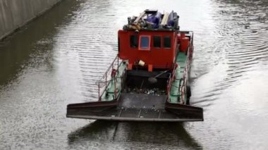 Sewage treatment vessel sails down the river, the waves diverge in side — Vídeo stock