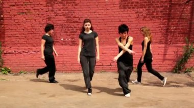 Four girls start to dance synchronously but one of them make mistake and they laught — Stock Video
