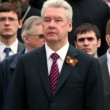 Moscow mayor Sergei Sobyanin stand on wreath laying ceremony — Stock Video