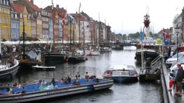 Excursion motorboats at Nyhavn canal — Stock Video