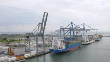 Trzy ładunków statków z kontenerów, upływ czasu — Wideo stockowe