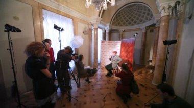 最受欢迎男演员亚历山大 · filippenko 给采访记者关于电影大师和玛格丽塔 — 图库视频影像