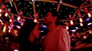 Danses de couple heureux lentement danse en boite de nuit — Vidéo