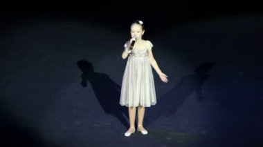 Girl reads poem B. Okudzhava on concert — Stock Video