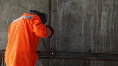 Worker weld metal gratings by acetylene torch — Vídeo de Stock