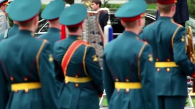 President of Russia Dmitriy Medvedev walk on wreath laying ceremony — Stock Video