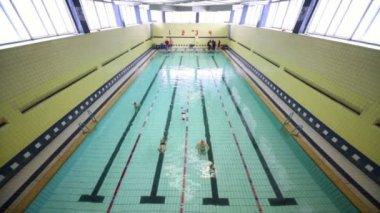 Parecchi bambini nuotano nella piscina sulle piste — Video Stock