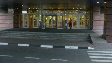 Människor in och lämna hotellet, bilen har lämnat från hotel — Stockvideo
