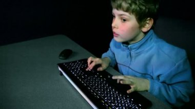 Young boy chews gum and plays video game — Stock Video