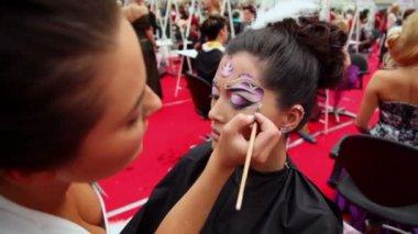 Profesyonel visagiste xvii güzellik 2010 uluslararası festivali dünya vücut sanat yapar — Stok video