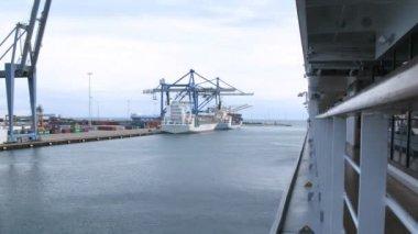 Navios de carga, sendo carregados com contêineres, lapso de tempo — Vídeo stock
