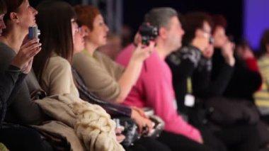 Zuschauer beobachten laufsteg und machen fotos in collection premiere moscow — Stockvideo