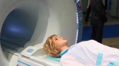 Womans mannequin lay on tomograph at medical exhibition — Stock Video
