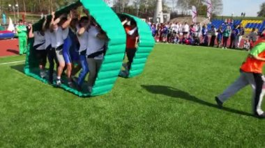 Two team inside inflated cloth chase each other, competition Great Race 2010 — Vídeo de stock
