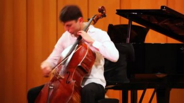 Narek Hakhnazaryan plays cello in Museum of Musical of Culture named Glinka — Стоковое видео
