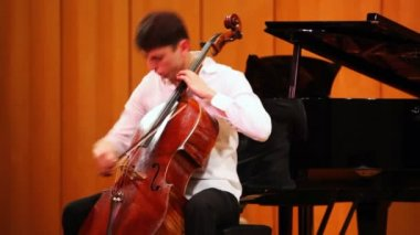 Narek Hakhnazaryan plays cello in Museum of Musical of Culture named Glinka — Stock video