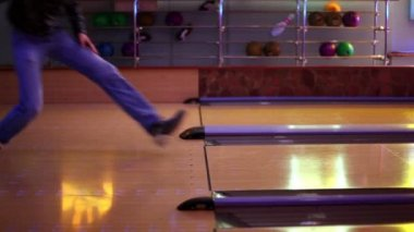 Two men throw bowling ball on parallel lanes in club — Stock Video