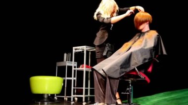 Hair stylist Eugenia Soboleva makes hairstyle for man at Davines Hair Show — Stock Video