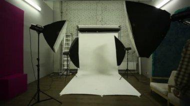 Man kwam in studio en lichten ingeschakeld — Stockvideo