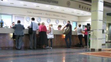 Ludzie opuszczają i przyjść na recepcji w hotelu izmajlovsky — Wideo stockowe