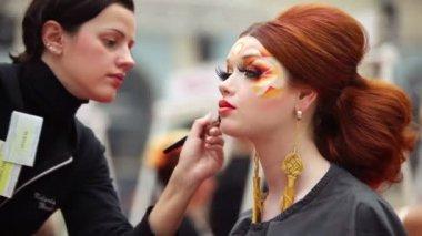 Visagiste sprawia, że makijaż czerwony model głowy na xvii międzynarodowym świecie festiwal piękna 2010 — Wideo stockowe