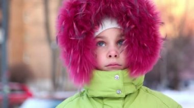 Little girl in fur hood buttoned at collar, look at camera — Stock Video