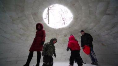 Kadın ve birkaç çocuk buz evin içinde standı — Stok video