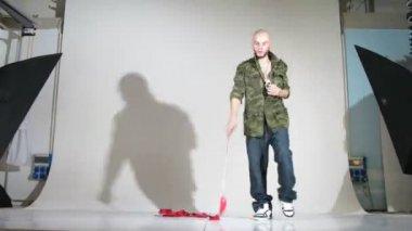 Garota-ginasta com fita e rapper posar para o fotógrafo no estúdio — Vídeo Stock