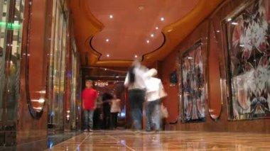 çocuk yavaş yavaş turistlerle dolu cruise liner koridordan git — Stok video