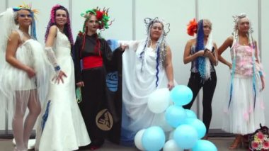 Models in costumes with fanciful hairdo at XVII International Festival World of Beauty 2010 — Stock Video