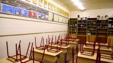 Krzesła w tabelach wewnątrz puste fizyka szkoła Klasa — Wideo stockowe