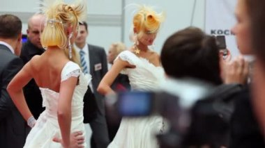 Spectators and judges look on models with fanciful hairstyle — Stock Video
