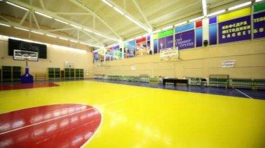 Interior iluminado salón de gimnasio de la escuela con la cesta — Vídeo de Stock