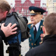 Journalists take interview in war veteran in Red Square — Stock Video