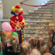 Clown talks to children at premiere of Tales Magic Alphabet in Another Theater — Stock Video