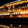 Large lighted building on bank of Moscow River at night — Stock Video