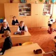 Schoolchildren sits in classroom, panoramic view at School 1349 — Stock Video