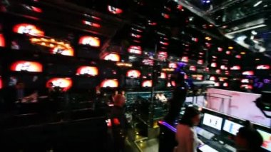 Denetim masası club yakınındaki insanlar oturup — Stok video